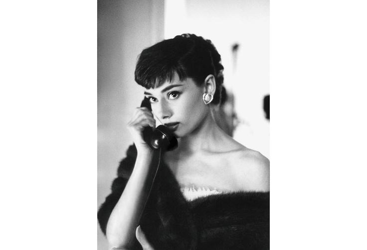 Audrey Hepburn - telephone            photo by Bob Willoughby: Bob Willoughby, Style, Audrey Hepburn, Beautiful, Audreyhepburn, Beauty, People, Classic