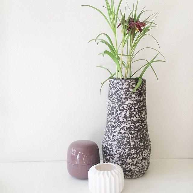 Smuk West Germany lavastens vase, sort/hvid - 320kr