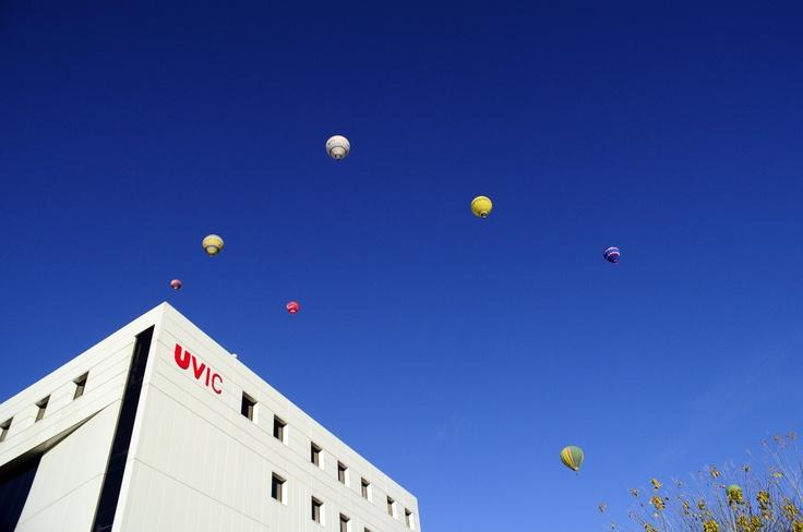 #UVic, Universitat de Vic. Globus al cel des de l'Edifici F.