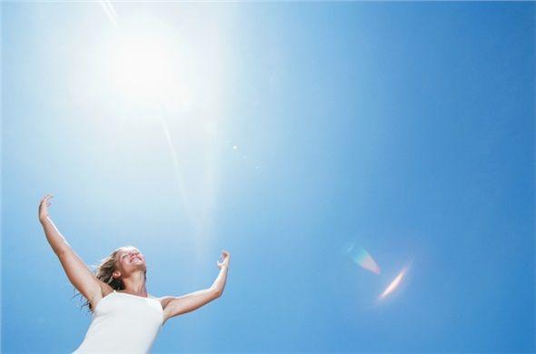 D vitamini ve süt ürünleri tüketin: Sonbahar ve kış aylarında en fazla yoksun kaldığımız vitaminlerden biri D vitaminidir. Güneşten alınan UV ışınları ile deride sentezlenen D vitamini, kemik ve diş gelişimi için önemli olan kalsiyumun vücutta kullanılmasını, depolanmasını sağlar.