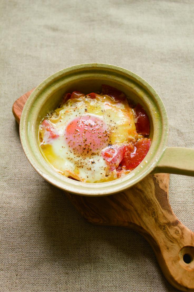 レンジや直火で簡単に朝食が作れるコンパクトな土鍋「エッグベーカー」の紹介。サッと調理できるから、朝食やおつまみ作りなどで活躍する。今回は焼きトマトエッグやアヒージョなどのレシピも合わせてご紹介。