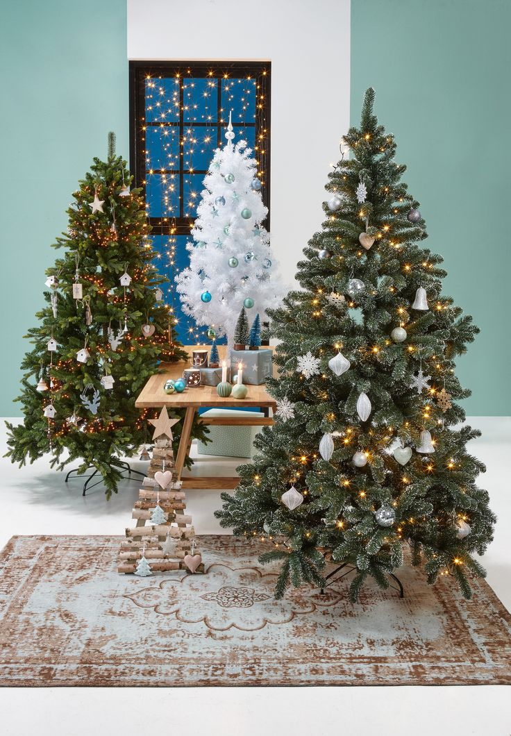 Met het soort kerstboom kun je alle kanten op! Haal jij dit jaar een traditionele, groene kerstboom in huis, ga je voor een witte of ga je voor een boom met houten latjes? #kerst #kwantum #kerstinhuis #kerstboom #woonkamer #wonen