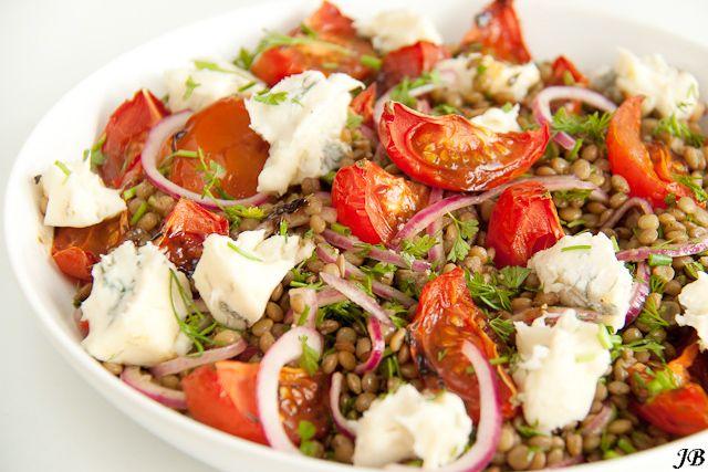 Een super dinerrecept van Caroline: castelluccio-linzen met tomaten en gorgonzola. Het originele recept komt uitPlenty van Yotam Ottolenghi. Begin met het maken van de gedroogde tomaten. Verhit de oven tot 130 graden. Snijd de tomaten overlangs in vieren en leg de parten op de velkant op een bakplaat die met bakpapier is bekleed of in […]