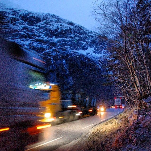 Kjørte Romsdalen i dag. Møtte 63 trailere på turen. Skummelt smalt. E136 må rustes opp. #hverdagsbilder 1 av 5 @vaar10 #Padgram