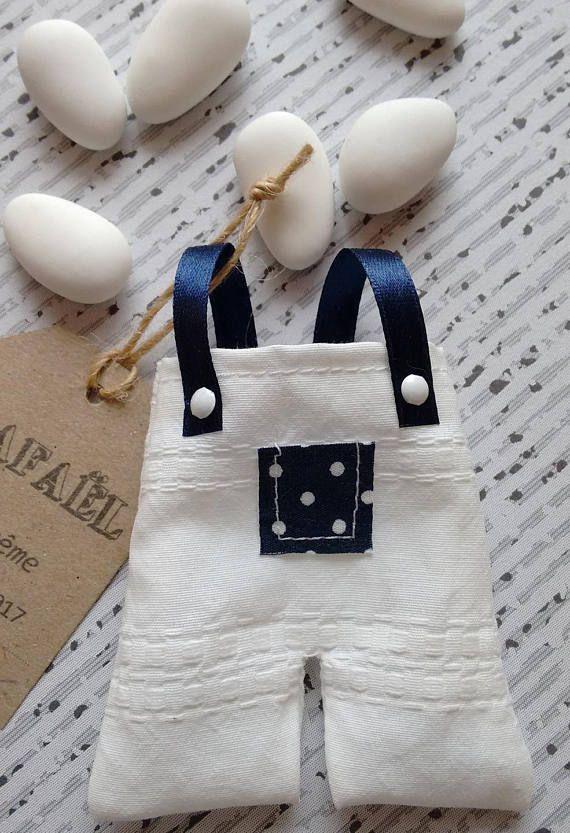 Cette petite salopette en coton blanc brodé est un joli cadeau à offrir à vos invités lors du baptême de votre bébé. Il peut être assorti au faire part petite salopette n°11 que vous retrouverez sur ma boutique Envie dA. Il est composé : - dune petite salopette en coton blanc avec motif