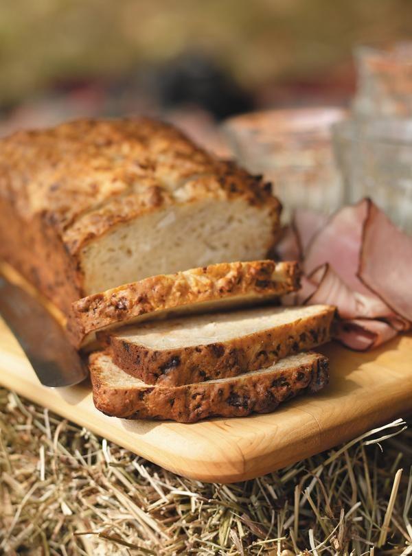 Recette de pain aux pommes et au cheddar de Ricardo. Recette aux pommes et au fromage pour lunchs, brunchs. Dans un bol, mélanger la farine, la poudre à pâte, le bicarbonate de soude et le cheddar.
