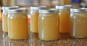 želatina Kupte si v obchodě 150g želatiny v prášku. To je dávka na dobu 1 měsíce. Večer nalijte 5 g želatiny (dvě ploché lžičky) do čtvrt hrnku studené vody. Promíchejte a nechte stát až do rána (mimo lednici) Želatina nabobtná přes noc do želé. Ráno vypijte směs na lačný žaludek. Můžete přidat oblíbený sirup, med, ovoce nebo smíchat s jogurtem. Zkrátka jakkoli vám konzumace bude vyhovovat. Již po týdnu můžete v závislosti na typu a stupni vašeho onemocnění začít vnímat ustupující bolesti v…