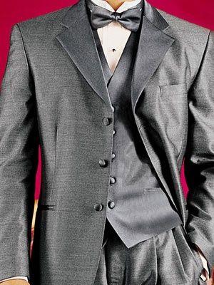 シルバーで光沢がクール!フォーマルな新郎衣装一覧!