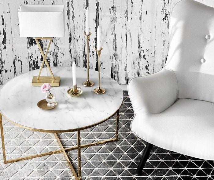 Bellissa-soffbord från Mio. Marmormönstrat glas med gulddetaljer