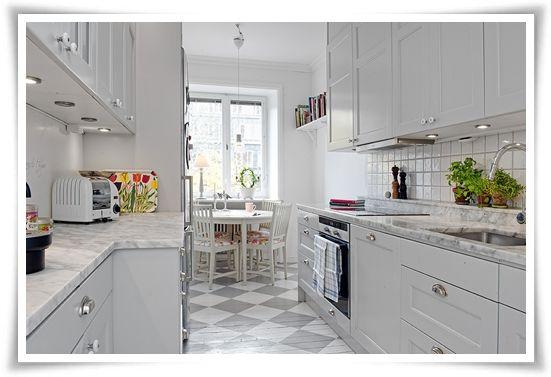 Äldre stil på kök än vad vi tänkt, men grårutigt golv, grå luckor och marmorskiva- går bra ihop!
