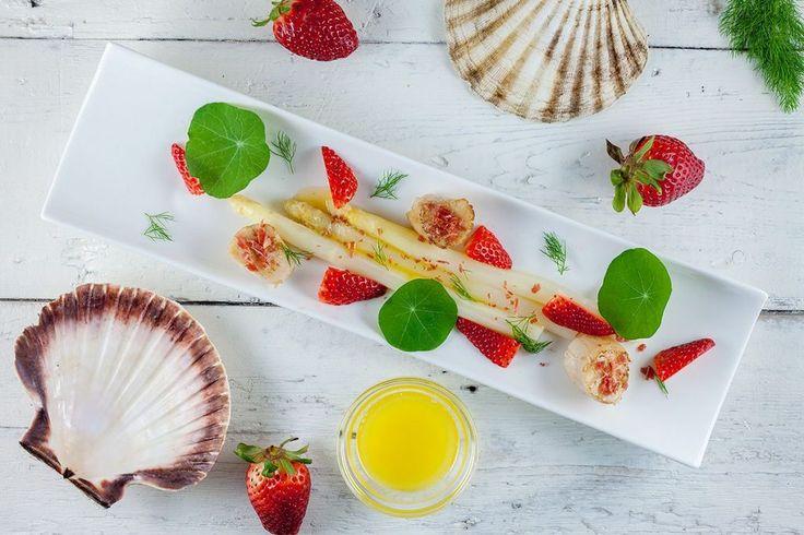 Coquilles met witte asperges en aardbeien salade