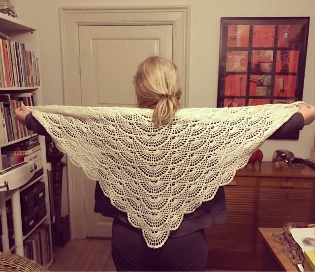 Så er der lavet et mønster på englesjalet. Håber i får fornøjelse af det.  Garn: supersoft, 200 g    Hæklenål: 2,5    lm= luftmasker    ...