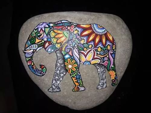 piedra pintada a mano elefante hindu