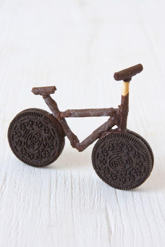 Bicicleta d'Oreo Pels que fem la Mona de Paqua casolana, o berenars especials per als nens, unes quantes Oreo, Mikados i una mica de Nestlé postres per fondre i ... a menjar!