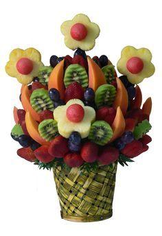 Kiwi Delight En una linda canasta exagonal de mimbre encontraras variadas frutas como: rojas Fresas, jugosas Uvas, gajos de Papaya o Melón , flores de Piña con centros de Sandia en combinación con deliciosas rodajas de refrescante Kiwi. Aprox. 80 piezas comestibles. Tamaño: Grande