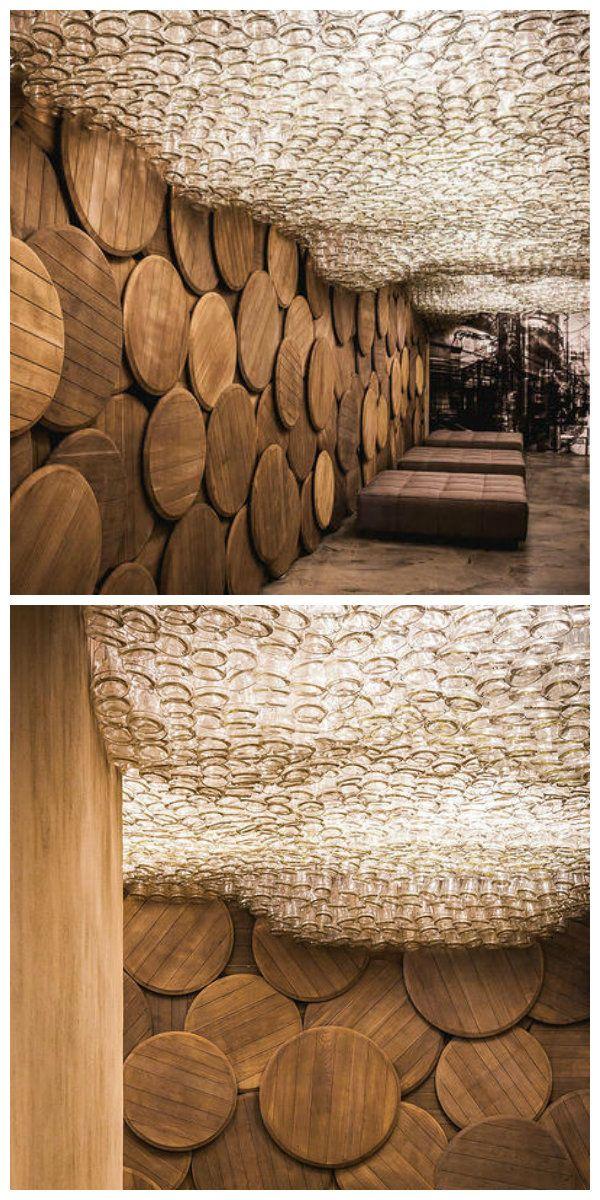 Сложно себе представить более необычное зрелище,чем потолок из светящихся бутылок. Тем не менее, эта удивительная инсталляция выглядит довольно органично в сочетании со странными кругами из дерева на стенах.   Такой дизайн будет весьма уместен в винном погребке, или ресторанчике специализирующемся на подаче редких винных напитков. Особенно привлекает идея возможностью ее самостоятельной реализации. Немного усилий - и все возможно!