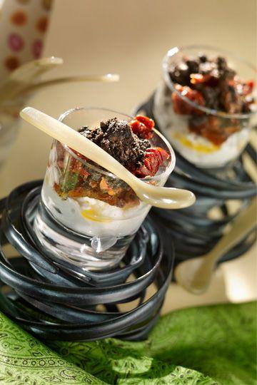 Mousse de queso de cabra y crumble de aceitunas - TELVA #RecetasTELVA #Picoteo #Cocina
