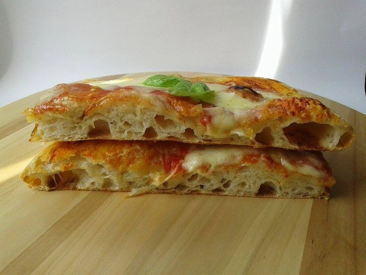 Salve a tuttibentornati,oggi vi propongo una ricetta apparentemente complicata ma che complicata non è,parliamo della mia famosa pizza in tegl