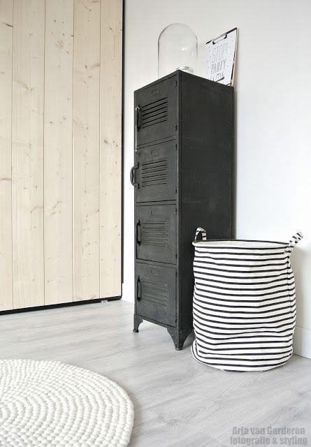 Mijn locker (schoenen)kast staat nu online op Zwart, wit en hout! Kom je even buurten?