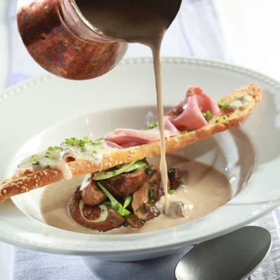 Αλατίζουμε τη σούπα και τη σιγοβράζουμε, μέχρι να μαλακώσουν καλά τα υλικά. Δοκιμάζουμε τη γεύση, προσθέτοντας αλάτι, αν χρειαστεί, προσθέτουμε την κρέμα και μαγειρεύουμε για 10 λεπτά ακόμη. Αφαιρούμε τα κλωνάρια από το θυμάρι και αλέθουμε πολύ καλά τη σούπα στο μπλέντερ. Περνάμε από πολύ ψιλή σήτα. Αλατίζουμε κι άλλο, αν χρειάζεται. Αν δεν τη σερβίρουμε αμέσως, την κρυώνουμε γρήγορα και τη διατηρούμε στη συντήρηση του ψυγείου