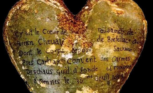 <p>Inscripción de la urna del corazón de Toussaint Perrien, caballero de Brefeillac, que apareció junto al cuerpo de su esposa. / Rozenn Colleter/INRAP</p>