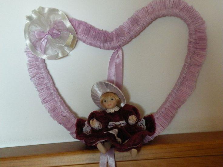 Decorazioni da parete - fiocco nascita cuore con bambola in porcellana - un…