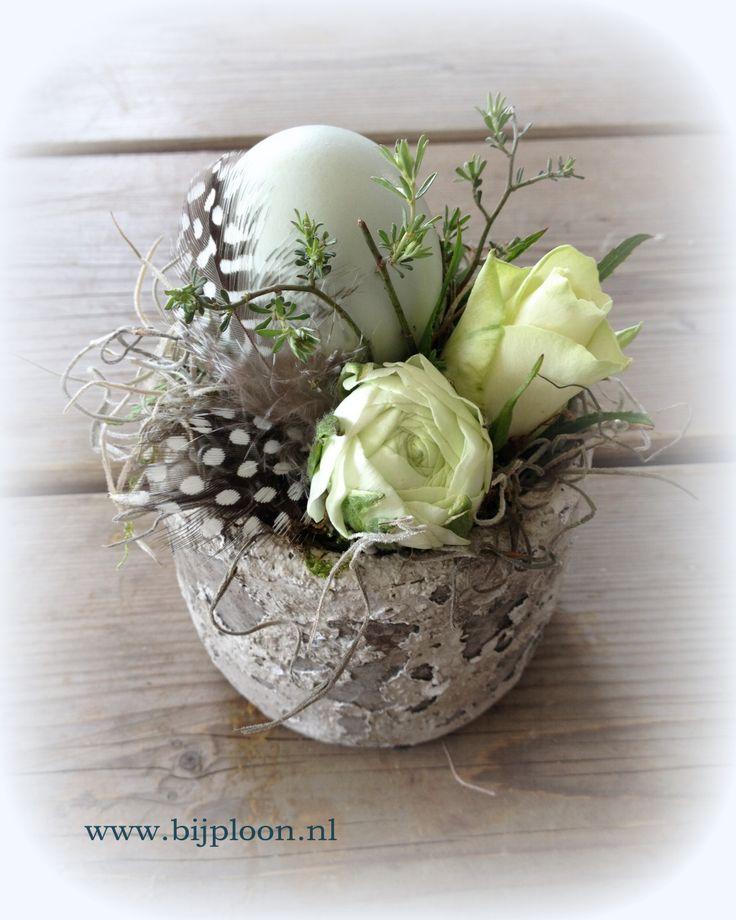 Centre de table (plumes, œuf, fleurs)
