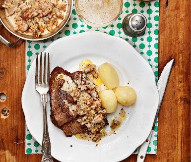 Stekta lövbiffar serveras med en gräddig svampsås av kantareller, senap, timjan och kokt potatis. Rejäla smaker som sprider en doft av höst omkring sig, oavsett årstid.