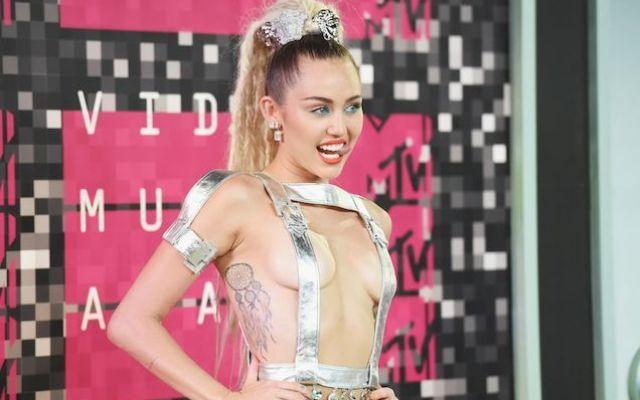 La Reginetta degli Mtv Video Music Award è lei Mtv Video Music Award 2015, la reginetta incontrastata dell'evento è lei Miley Cyrus, con un look molto provocante quasi al limite dello scandalo, guardate cosa ha fatto l'attrice e cantautrice statu #mtv #mileycyrus #provocante