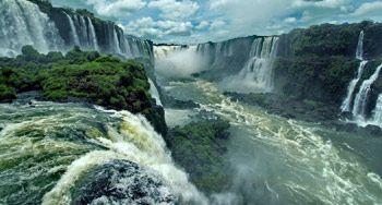 Puerto Iguazú es una ciudad fronteriza en la provincia de Misiones , Argentina . Con una población de 82.227 , es la cuarta ciudad más grande de la provincia , después de Posadas , Oberá y Eldorado .