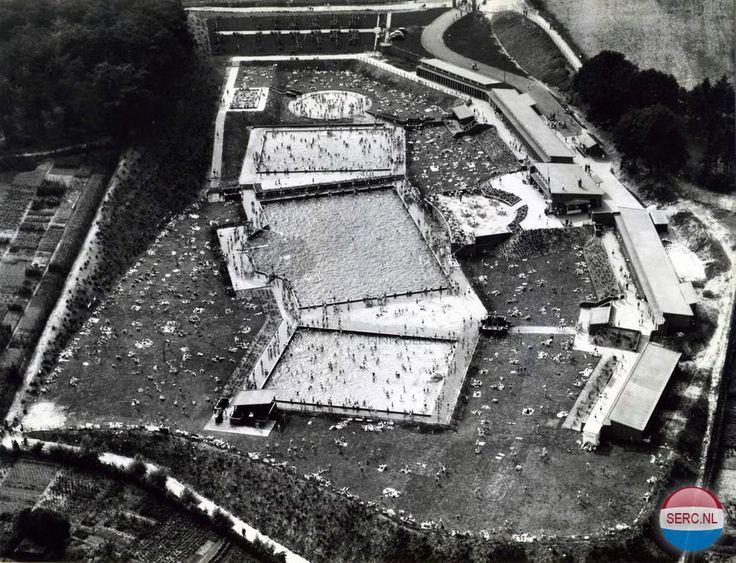 Luchtfoto van het zwembad Klarenbeek 1954