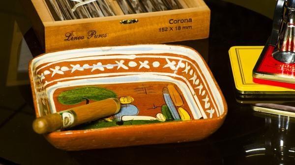 Artesanía mexicana elaborada en barro rojo y pintada a mano. Las escenas plasmadas en este estilo de artesanía mexicana son arte popular y se originaron en la década de los 50´s. 9x8x1 3/4 pulgadas.