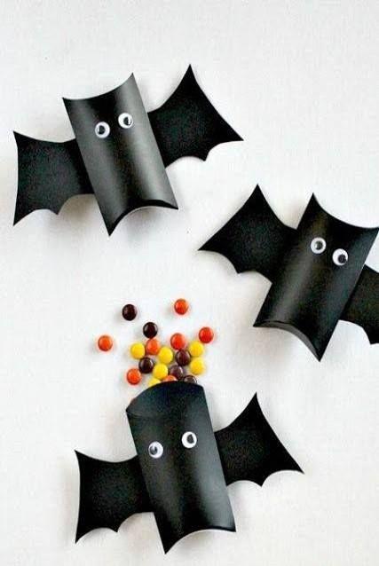 Obsequia unos divertidos murciélagos hechos con los rollos de papel, darás un recuerdo diferente y fácil de hacer. ¡Recuerda incluir los dulces favoritos de tus hijos! #KidZania