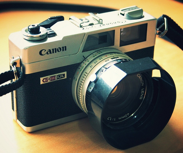 I'm having vintage camera withdrawals.. may have to track on of these down.