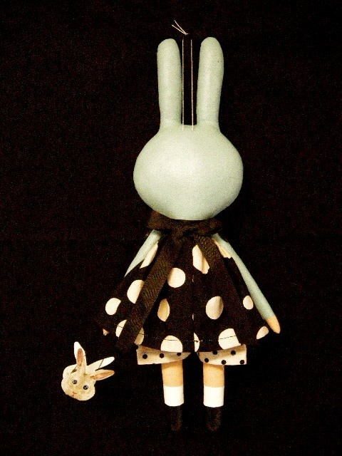 handpainted cloth easter bunny by blackcrowprimitives    un air de miffy?