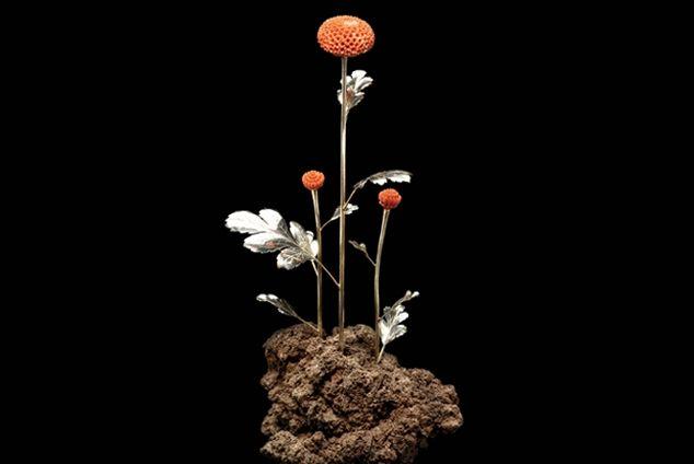 FS1 Tanacetum parthenium. Preziosa scultura floreale. Manufatto di autore, in argento e corallo su base di roccia lavica.