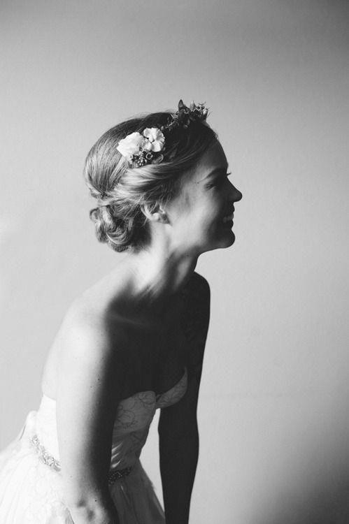Recogido novia con flores naturales a modo de diadema.