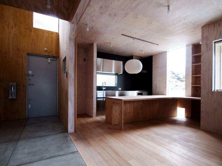 木目調のキッチンのデザイン:土間とステンレスキッチンと作業台をご紹介。こちらでお気に入りのキッチンデザインを見つけて、自分だけの素敵な家を完成させましょう。