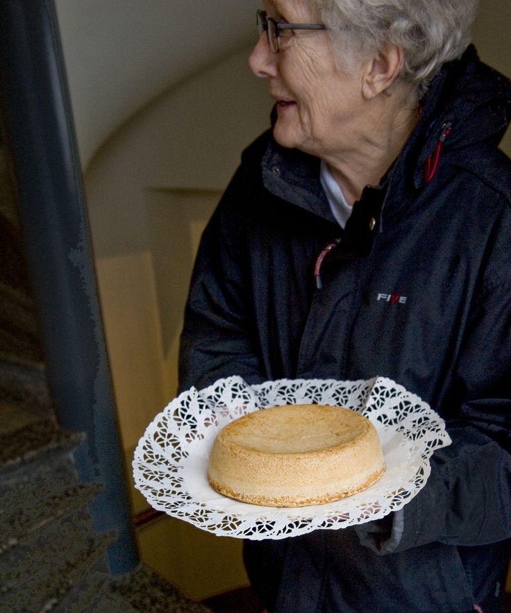 Margit bakar mumsiga kakor av hönsägg.