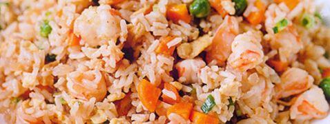 Gebakken rijst met ei, doperwten en wortel