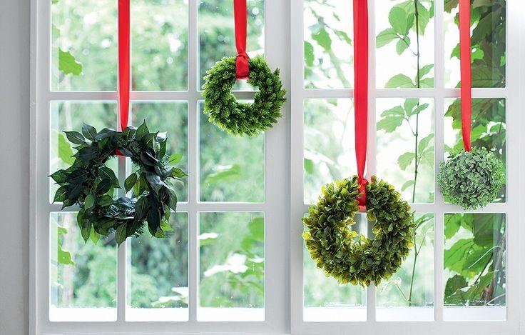 Guirlandas de folhagens diversas – podem ser artificiais! – penduradas por fitas, em diferentes alturas, dão um belo efeito na janela