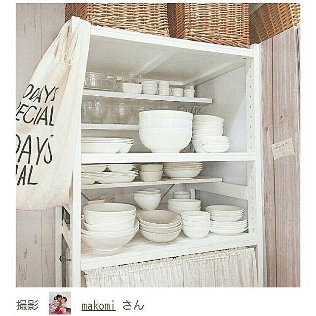 女性で、3DKの食器棚/収納/見せる収納/収納棚DIY/DIY/雑貨…などについてのインテリア実例を紹介。「  RoomClip マグの  『ミニマリストが買ってよかった10のアイテム』  という記事に載せて頂きました。 ベルメゾン の棚に更に端材で小さな棚を L字金具で付けて食器棚コーナーにしてます。  私の家には食器棚がないので、 この棚の一部を食器コーナーにしてます。  この写真の範囲だけがうちの食器の全て。  全部白。  ここに入るだけしか買いません。 買いたかったらどれか捨てる!  365日、誕生日もお正月もこのお皿を使います。  本当は素敵な器に憧れるけど、子供小さいし 毎日バタバタだから今はこれで十分!  ちなみに食器は9割100円、1割ニトリ。  棚の下段には、 レンジ、トースター、お弁当用品を。 普段は自作カーテンで隠しています。 2016年9月6日(火)」(この写真は 2016-09-06 18:54:56 に共有されました)