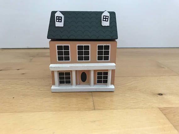 Hermosos muñequitos casa miniatura casa de muñecas, no estoy seguro si su estado utiliza como viene en su caja original pero diría que su como nuevo. ¿dura hasta la fecha específicamente pero diría 90 - 2000? tengo un montón de artículos de casa de muñecas muy similares, Si usted tiene