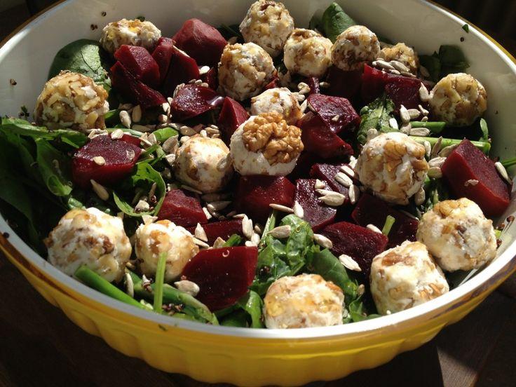 Här kommer recept på en utav mina favoritsallader med lite inspirationfrån Doctor Salad och deras gudomliga chèvrebollar.    Du behöver...  - Bladspenat  - Sparris  - Ett paket chèvreost  - Rödbetor  - Avocado  - Solroskärnor  - Walnötter  - Honung eller agavanektar  - Svart quino