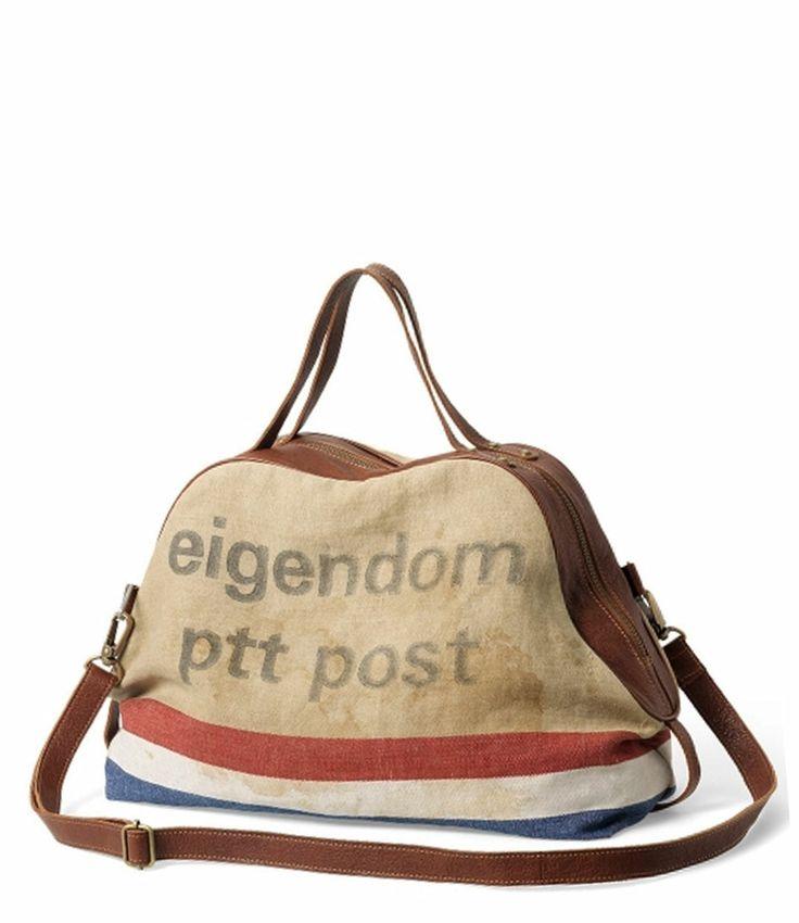 Een unieke tas die is gemaakt van een originele PTT postzak en afgewerkt met leer. De tas heeft diverse vakjes aan de binnenkant, een lang verstelbaar hengsel en ritssluiting. Let op: elke tas is uniek.
