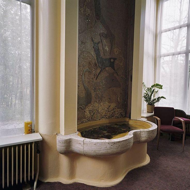 ca 1938 mosaic decoration of a fountain in Sybold van Ravesteijn's Rivièrahal, part of Blijdorp Zoo Rotterdam.   Elffers: mozaïek achterwand fontein in de Rivièrahal, Blijdorp van architect Sybold van Ravesteijn