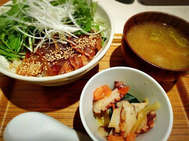 三崎マグロの炙り丼 ごま油のタレがきいていて旨し! 今度は釜揚げシラス丼にしよう。 本店は鎌倉にあるらしい。