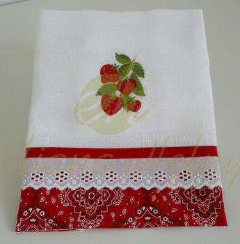 Pano de prato com delicados bordados, aplique em tecido e  acabamento em tricoline e viés de algodão. Sacaria 100% algodão.