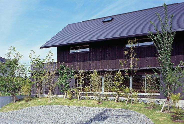 雑木林の向こうにある連窓(『蒲郡の家』~土間のダイニングキッチンのある家~) - 外観事例|SUVACO(スバコ)