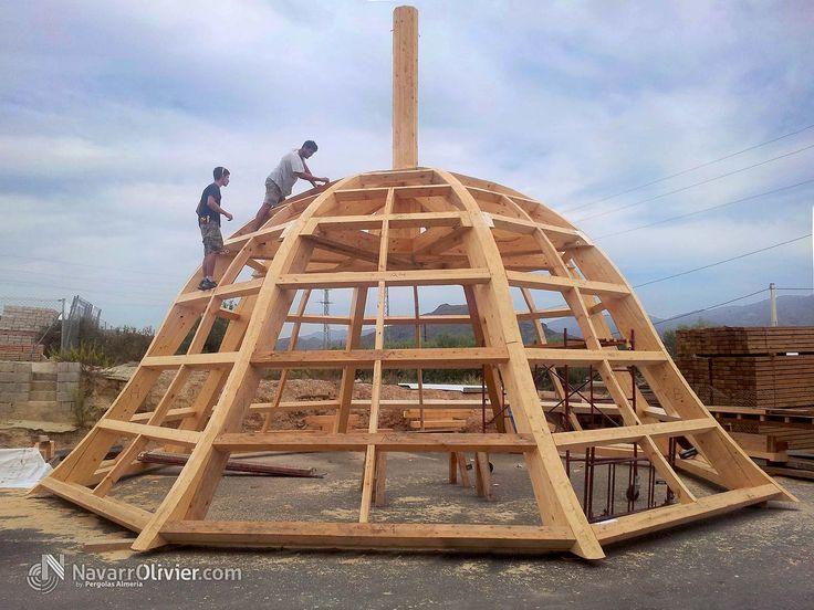 Construcción de estructura de madera para cúpula imperial.  Mas información T: +34 687 03 15 65 e: info@navarrolivier.com w: https://navarrolivier.com/  #carpinteria #estructuras #arquitectura #bois #madera #cupula #church #construction